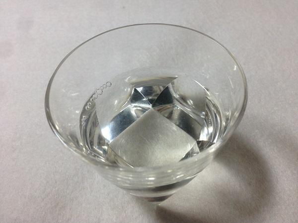常温の「喜正」を透明なグラスに入れ、色を見る。ほぼ無色だが、ほんのわずかに黄色味かかっているのがわかる。