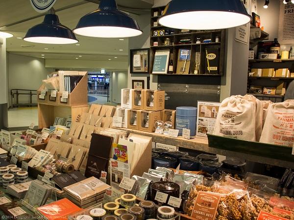 トラベラーズノートな どの人気商品に加え、成田店限定の商品も取り扱っており、話題となっている