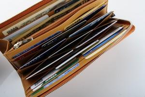 ↑開くと蜂の巣形状に見える「ハニーセル」、モルフォ(ブランド「キプリス」を展開するメーカー)が誇る独自機構のカードスロットだ。ここだけで11枚、財布全体では21枚のカードを収納可能。(意匠登録: 第1152526号)