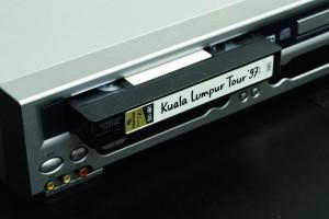 ↑録画したいVHSをビデオデッキにセットする。ビデオデッキやリモコンで再生ボタンを押すと、パソコンの画面にプレビュー画像が表示される。プレビューが表示されない場合は、製品の説明書を確認しよう