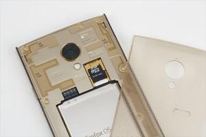 ↑背面カバーは透明なポリカーボネイト製。電池は取り外せる。microSDカードも装着可能だ