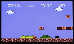 ↑ゲームの背景は黒いのが当たり前だった時代に、海のうろのブルーなど鮮やかな色使いのグラフィックは衝撃的だった。写真は1-1