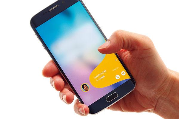 ↑不在着信や新着メールがある場合は、「ピープルエッジ」に表示。スワイプするだけで着信時刻などを確認でき、折り返しの電話を発信することもできます