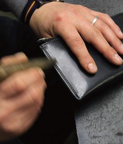 ↑光輝く結合部のコバは、長い時間と手間をかけ、職人の手と木製器具でひとつひとつ磨きます。樹脂を盛って手軽に処理したのと違い、経年変化により深い味わいが出てきます