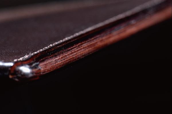 ↑コバの部分にはなんと8枚もの革が縫い合わされています。しかし、入念な磨きで判別は不可能です