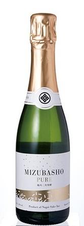 ↑MIZUBASHO PURE。きめ細かい泡と華やかな味わいは、冷蔵庫で冷やしたあと、4~8℃の氷水を入れたワインクーラーに付けて楽しみたいところです。価格は730mℓ入りで4860円。