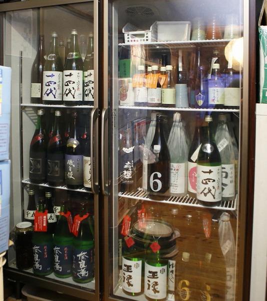 ↑現在の串駒の冷蔵庫のひとつ。複数の「十四代」をはじめ、「王祿」「而今」「磯自慢」「新政」などがズラリと並ぶ
