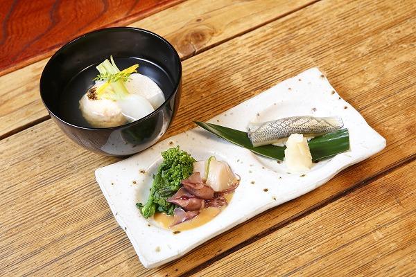 ↑旬の素材を使い、丁寧な仕事がなされたお通し。カブとえびしんじょうのお碗、コハダの寿司、ホタルイカ、菜の花などがセットになって900円は安い!