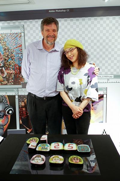 ↑「25」の文字や、Photoshopのアイコン、歌舞伎役者の顔を模した巻き寿司が披露されました