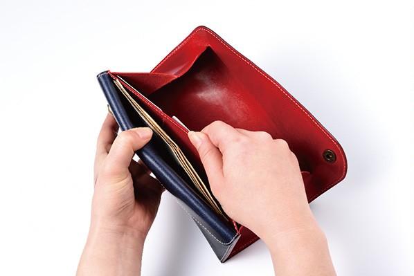 ↑表側のフラップを開けたところ。巨大な硬貨収納部のとなりに、紙幣収納部がレイアウトされています。このフラップを開けるだけで、使用頻度の高いカード、紙幣、硬貨を素早く出し入れ可能。紙幣の収納力も十二分です