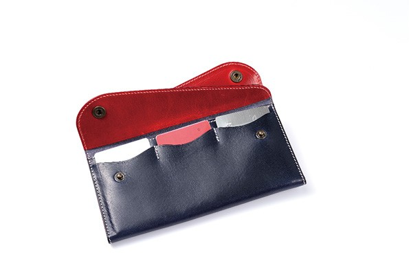 ↑2枚目のフラップを開けたところに、3つのカードポケットを装備。常に持ち歩きたいものの、取り出す頻度は低い免許証などは、こちらに収納できます。カードポケットのマチに余裕があるの、2枚ずつ程度なら重ねて入れることも可能です
