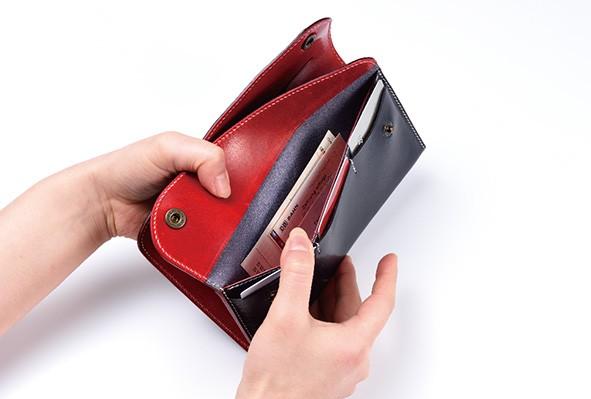 ↑レシートや領収証、ポイントカードといった紙類は、2枚目のフラップを開けたところへ収納。2つのコンパートメントが完全に独し、使い分けが容易なところも、このギャルソン財布の利点です