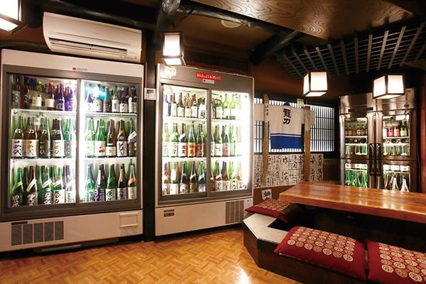 ↑日本酒居酒屋の大型冷蔵ケース。吟醸酒などの繊細な日本酒は、冷蔵保存が常識となっています