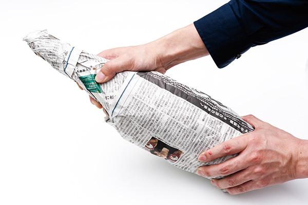 ↑酒瓶を新聞紙で隙間なく包んでから保管。酒蔵から出荷される段階で、新聞紙に包まれている酒もあります