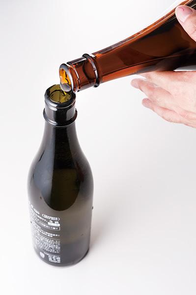 ↑4合瓶は価格が割高なのが欠点。ならば一升瓶を購入して、自分で4合瓶に移せばOKです