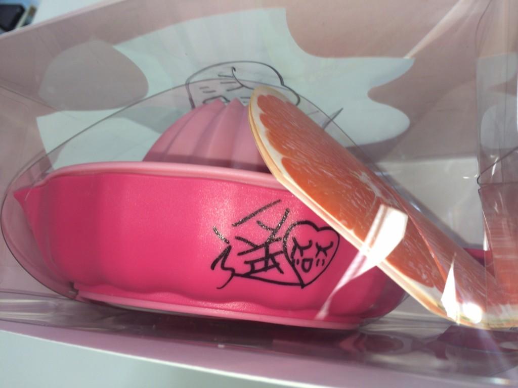 ↑製品本体の側面とパッケージに1か所ずつサイン!