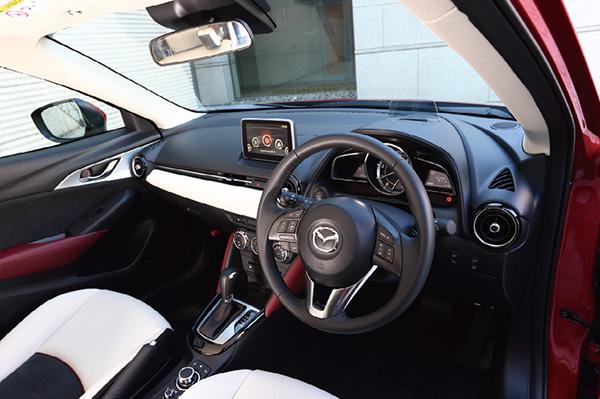 ↑インパネまわりは最新のマツダ車と統一感のあるレイアウト。細部の質感にも凝っています