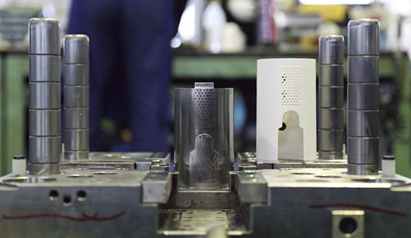 ↑ひとつの金型を作るのにも、職人の技術が必要。マイクロメートル単位で繊細に作り上げます