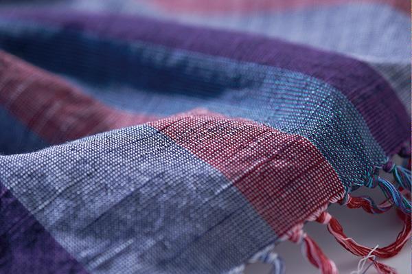 ↑素朴ながらも美しい縞模様。かつては「地縞」と呼ばれ、衣服の縞を見るだけでどこの地域の人かがわかったそうです。スゴい!