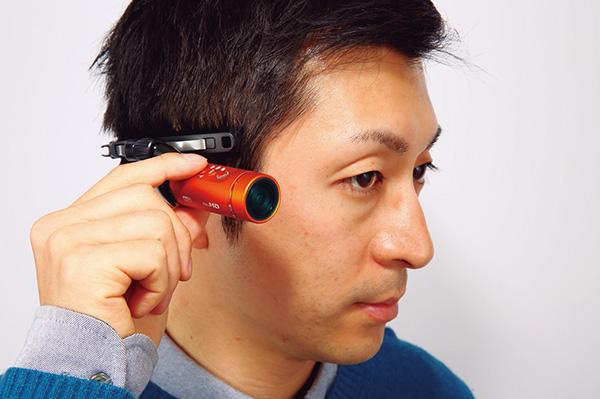 ↑付属のヘッドマウントを使ってカメラを側頭部に装着。フィット感は良好で、軽い運動 ならズレることもありません