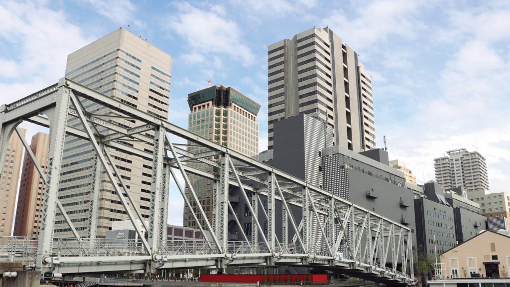 ↑橋やビルの窓なども細かく描写されています。全体に明るめに描かれているのが特徴で、やや赤みも強い傾向の画質です。