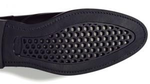 ↑靴底に特殊な穴を配置。湿度や気温が高い環境下でもドライかつ快適に保ってくれます。