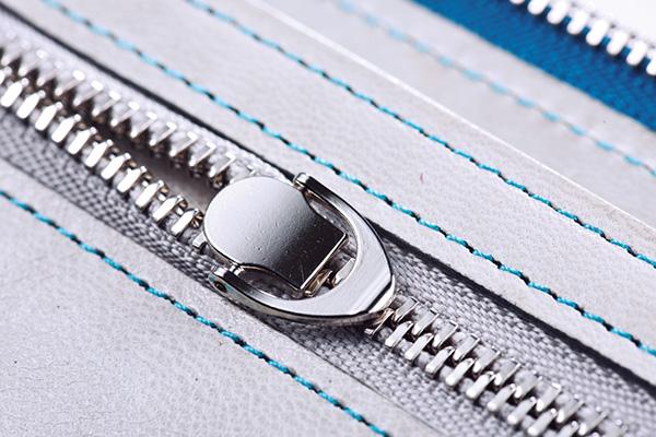 ↑硬貨収納部にはYKKの薄物用ファスナーを採用。本製品の薄さはこのパーツがあってこそ実現しました。薄く小さなスライダーで、指のかかりが良い特殊な形状で仕上げています