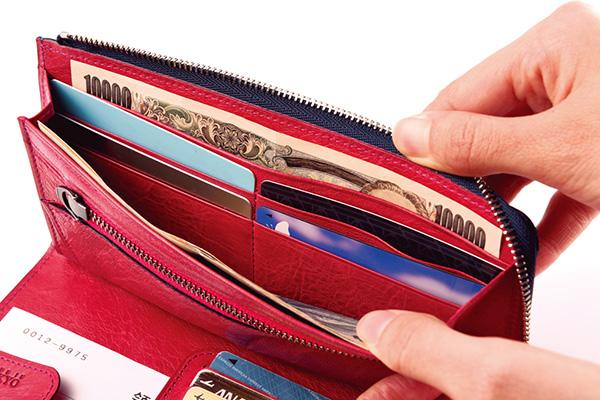↑紙幣収納部はカードホルダーを挟んで2つに分かれています。使用頻度の高い千円札と高額紙幣、あるいは、高額紙幣とレシートといった具合に使い分けられるのが便利です