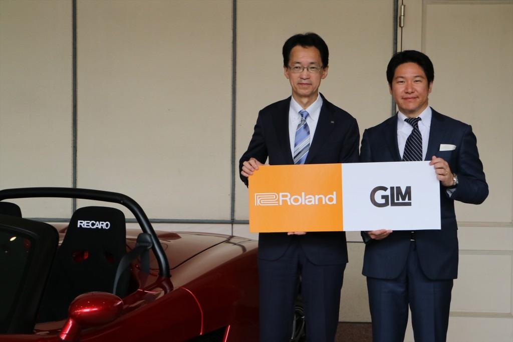 ↑フォトセッションに臨むGLM代表取締役社長 小間裕康さん(右)と、ローランド代表取締役社長、三木純一さん