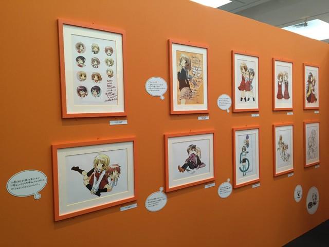 ↑「ひだまりスケッチ」のイラストや設定画とともに、先生のコメントが展示されています