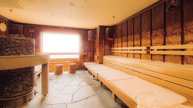 ベンチには熱伝導率の低い木材「アバチ」を使い、さらに床暖房も導入。これにより室温を均一にして身体への負担を軽減しています