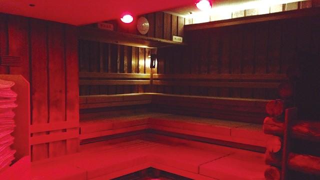 ロッキーサウナは自動ロウリュ対応。なお、毎日おこなわれるスタッフによるロウリュは、赤い照明で視覚的にも暑さを演出します