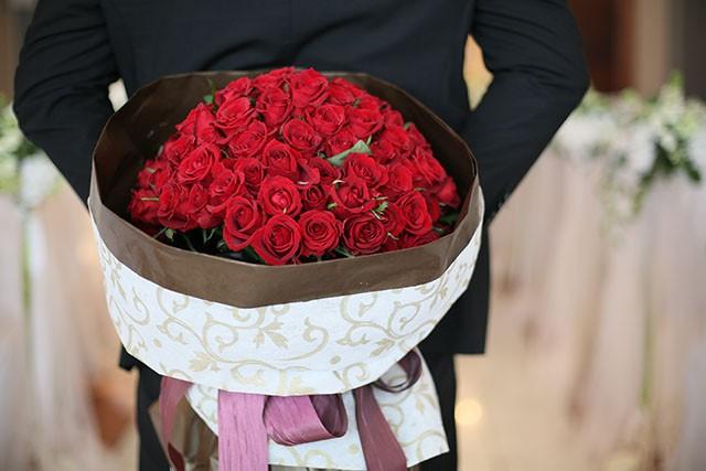 108本の薔薇の花束、花言葉は「結婚してください」