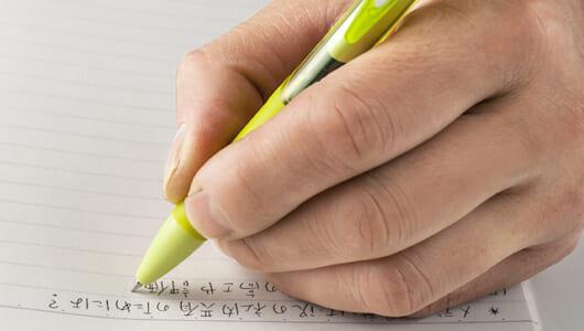 左利きの人の長年の悩みを克服! 超速乾性インクを採用したゼブラ「サラサドライ」