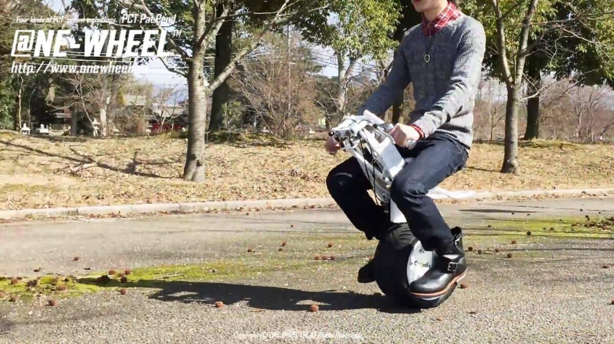 倒れない一輪車!? 未来感溢れる一輪バイクにワクワクが止まらない【動画】