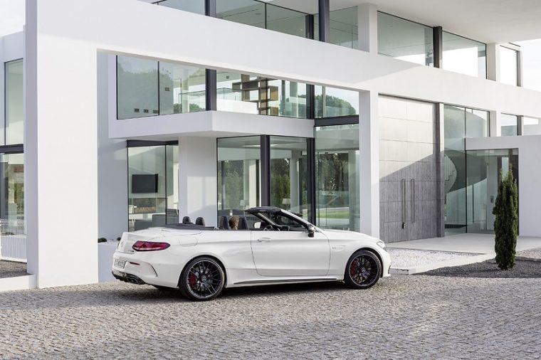 Mercedes-AMG C 63 S Cabriolet( A 205); 2016; Exterieur: designo diamantweiß bright; Interieur: AMG Leder Nappa platinweiß pearl/schwarz; Kraftstoffverbrauch kombiniert (l/100 km): 8,9, CO2-Emissionen kombiniert (g/km): 208; exterior: designo diamond white bright; interior: AMG nappa leather platinium white pearl/black; Fuel consumption, combined (l/100 km): 8.9 CO2 emissions, combined (g/km): 208