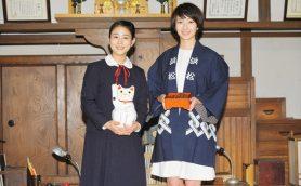 朝ドラ主演女優が恒例のバトンタッチ。招き猫のプレゼントに高畑充希「びっくりぽん!」