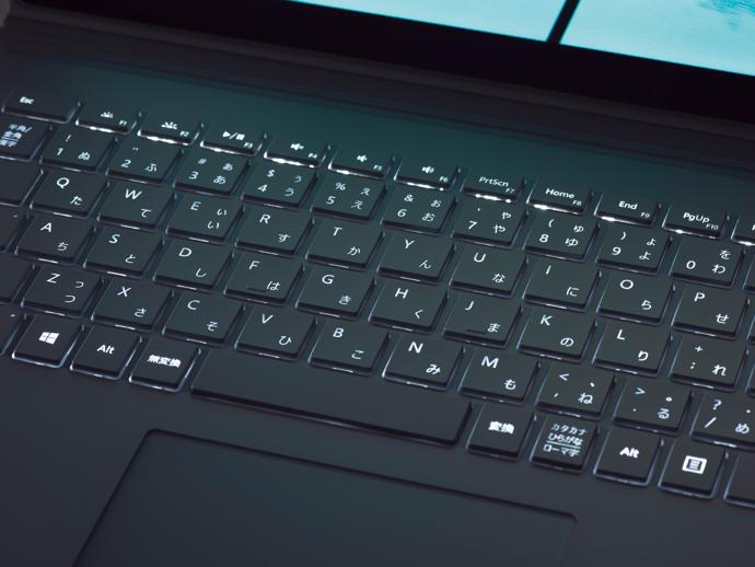 広々としたキーボード。バックライトを搭載しており、暗い場所でも使いやすいです