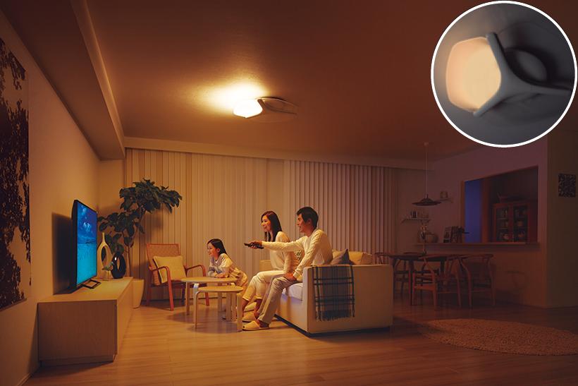 前方のみ点灯。画面とテレビ背面の明暗差を小さくして目の疲れを抑え、臨場感を演出します