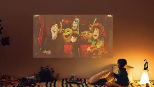 iPhone内の動画を手軽に大画面投射! 床や天井が映画館になる画期的プロジェクター