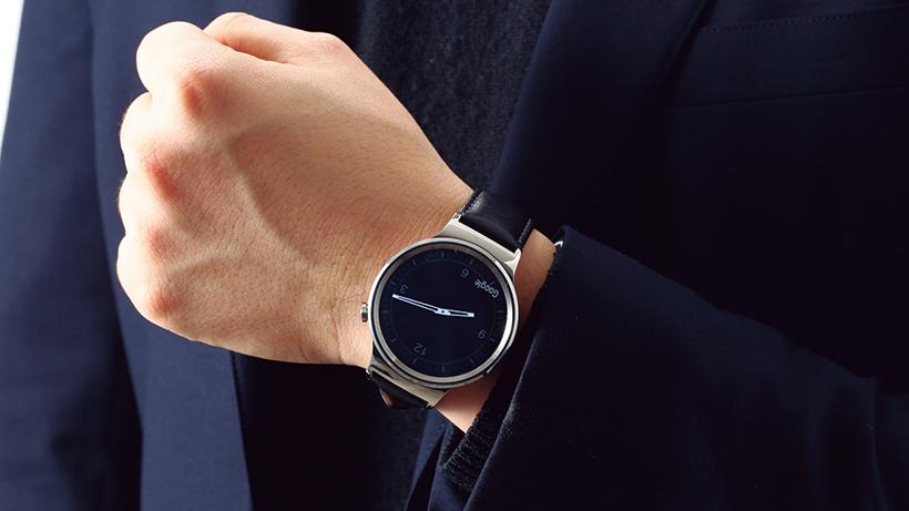 スリープ時に表示される盤面デザインも品があって魅力的。厚みがあるためタイトな袖口には引っかかる場合も