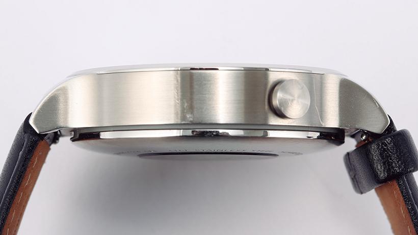 本体の厚みは11.3mmでやや大きめ。リューズは2時位置に配置されています
