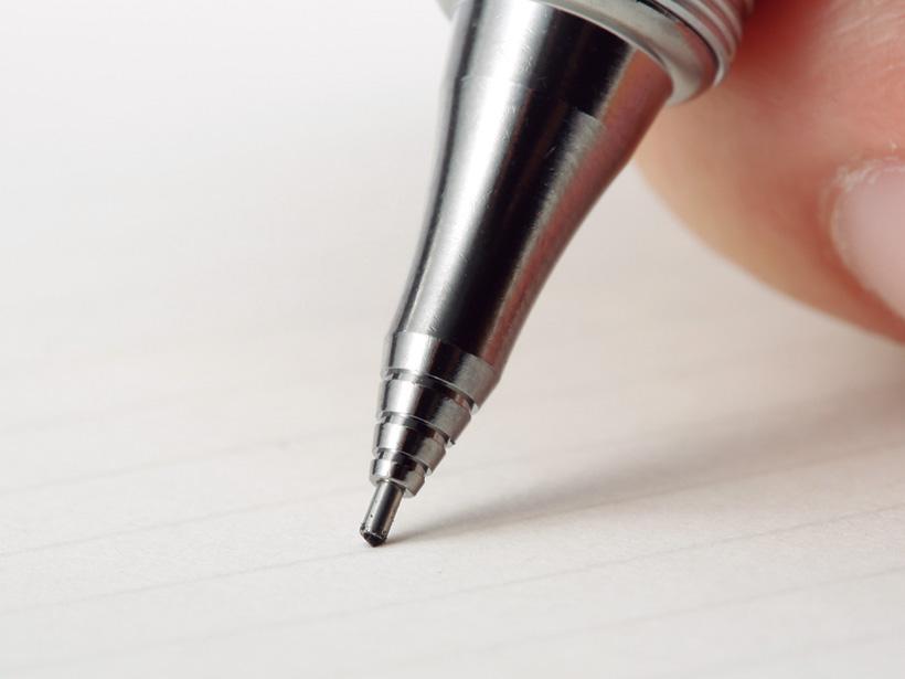 パイプが芯の減りに合わせて後退して芯折れ防止。極細芯でも筆記できます