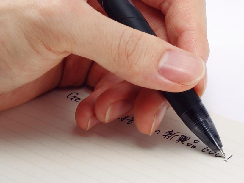 手が筆記跡に触れる左利き筆記も快適。インク汚れを気にする必要がありません