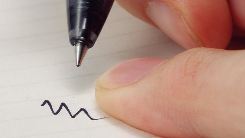 書いたらすぐ乾く、油性インクに近い速乾性。手で筆記跡をこすっても汚れません
