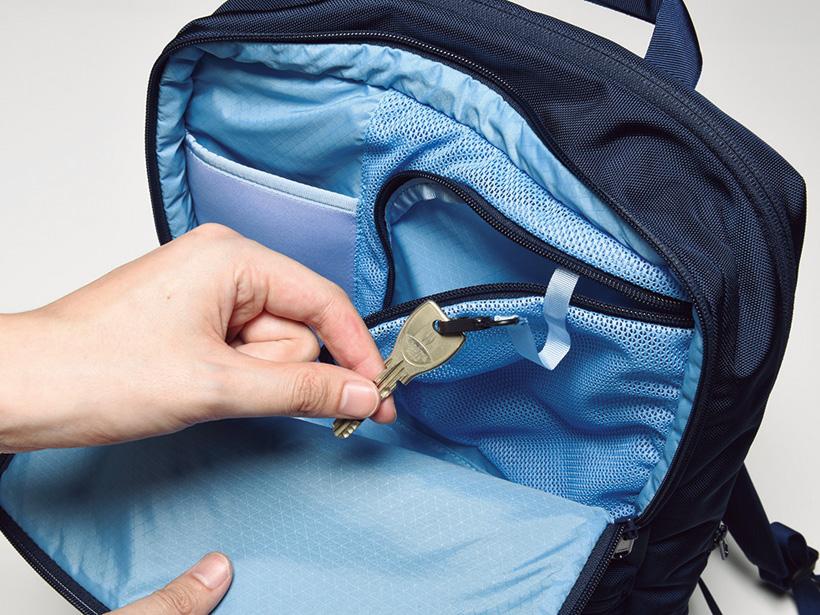フロントポケット内にはキークリップ付きのメッシュポケットを装備しています。スマホ用ポケットもあります