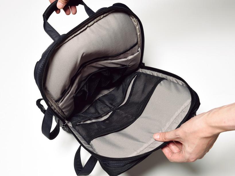 大きく開くメイン荷室。内部にはPCポケットに加え、メッシュポケットも多数装備します