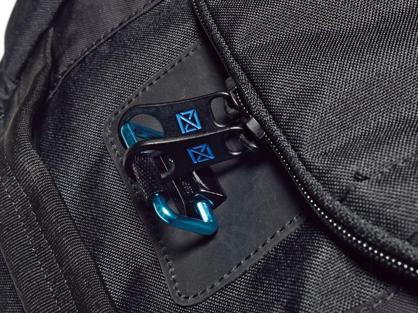 フロントポケットのファスナーは簡易式のロックを備えています。セキュリティへの配慮は抜かりありません