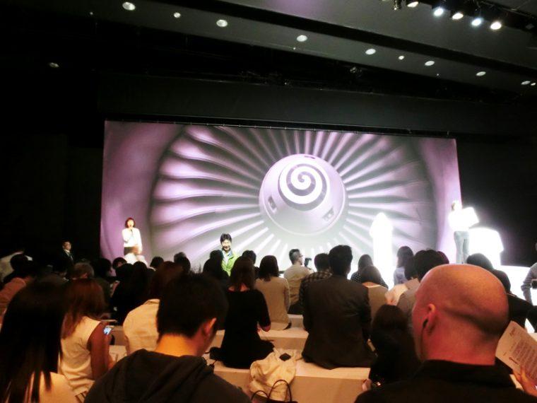 ↑発表会会場の様子。世界先行公開とのことで、海外メディアの姿も多く見られました