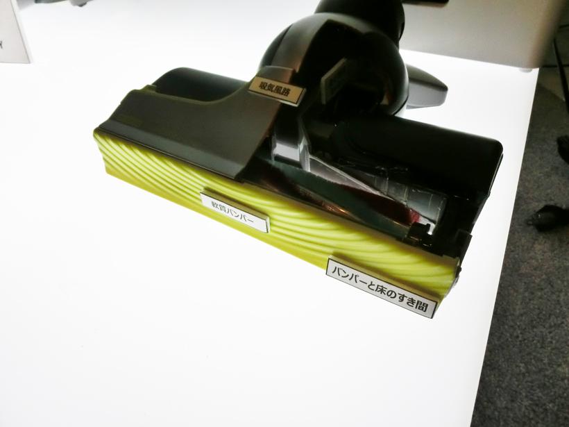 ↑ヘッド前面には軟質素材のバンパーを採用(上)。壁際にぴったり密着する